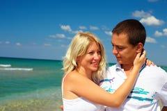 Jeunes couples dans l'amour sur la plage Photographie stock libre de droits