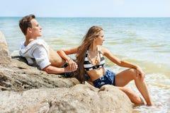 Jeunes couples dans l'amour sur la plage images stock