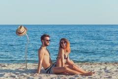 Jeunes couples dans l'amour sur la plage Photos libres de droits
