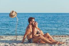 Jeunes couples dans l'amour sur la plage Photo libre de droits