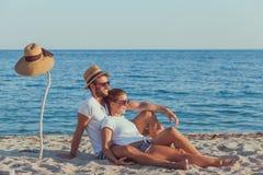 Jeunes couples dans l'amour sur la plage image libre de droits