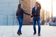 Jeunes couples dans l'amour sur la rue Photos stock