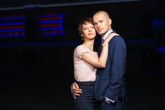 Jeunes couples dans l'amour sur la rue de nuit Photo libre de droits