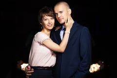 Jeunes couples dans l'amour sur la rue de nuit Photos stock