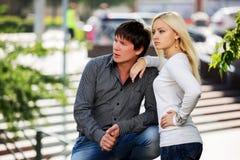 Jeunes couples dans l'amour sur la rue de ville Images libres de droits