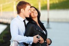Jeunes couples dans l'amour sur la rue de ville Photo libre de droits