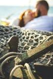Jeunes couples dans l'amour sur le bateau à voile Image stock