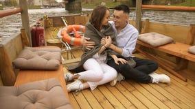 Jeunes couples dans l'amour sur le bateau à voile, concept exclusif heureux de mode de vie Belle fille dans parler blanc aux sour banque de vidéos