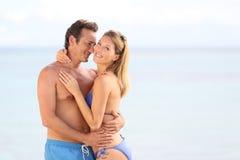 Jeunes couples dans l'amour sur le bord de la mer Photos libres de droits