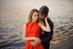 Jeunes couples dans l'amour sur le fond de l'eau Image stock