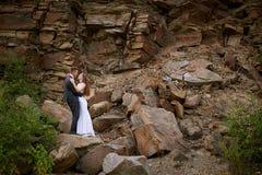 Jeunes couples dans l'amour sur le fond des montagnes Photos stock