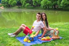 Jeunes couples dans l'amour sur un pique-nique dehors Photo libre de droits