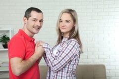 Jeunes couples dans l'amour tenant des mains et se regardant étroit des yeux, souriant Photographie stock