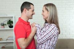 Jeunes couples dans l'amour tenant des mains et se regardant étroit des yeux, souriant Photo stock