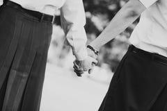 Jeunes couples dans l'amour tenant des mains, noir et blanc monochrome, mémoire de vieux concept de jour Photo libre de droits