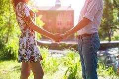 Jeunes couples dans l'amour tenant des mains sur le coucher du soleil Photo libre de droits