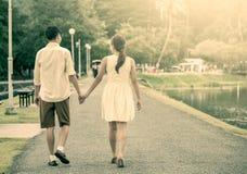 Jeunes couples dans l'amour tenant la main et marchant ensemble Photographie stock libre de droits