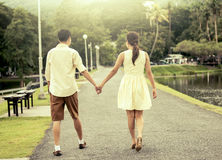 Jeunes couples dans l'amour tenant la main et marchant ensemble Images libres de droits