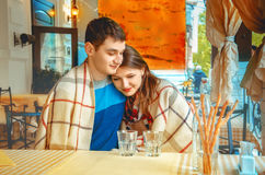 Jeunes couples dans l'amour une date dans un café extérieur Image stock