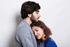 Jeunes couples dans l'amour Une fille assez jeune se blottissant jusqu'à son ami barbu Amour sincère entre les hippies Soutien de Photos stock