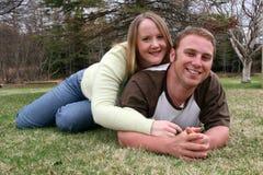 Jeunes couples dans l'herbe 2 Photographie stock libre de droits