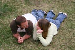 Jeunes couples dans l'herbe Photo libre de droits