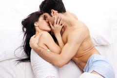 Jeunes couples dans l'étreinte affectueuse Images libres de droits