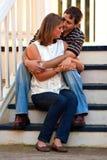 Jeunes couples dans l'étreinte d'amour sur des opérations Photographie stock libre de droits