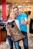 Jeunes couples dans la boutique de vêtements Photographie stock libre de droits