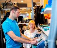 Jeunes couples dans la boutique de vêtements Photos stock