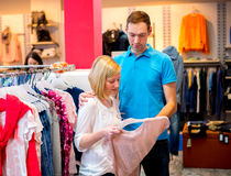Jeunes couples dans la boutique de vêtements Photo stock