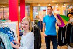 Jeunes couples dans la boutique de vêtements Images libres de droits
