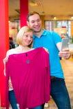 Jeunes couples dans la boutique de vêtements Photo libre de droits