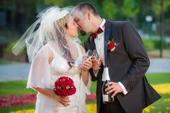 Jeunes couples dans la célébration d'amour dans le jardin Photo stock