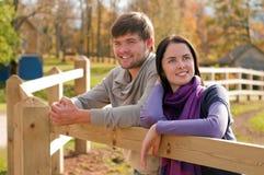 Jeunes couples dans la campagne Images stock