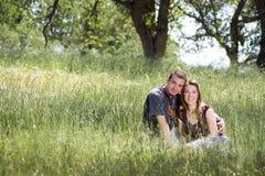 Jeunes couples dans la campagne Photos libres de droits