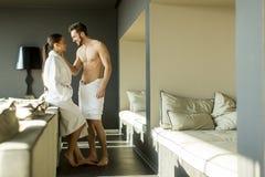 Jeunes couples dans la chambre photos libres de droits