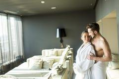 Jeunes couples dans la chambre photo stock