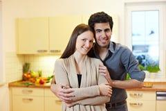 Jeunes couples dans la cuisine images stock