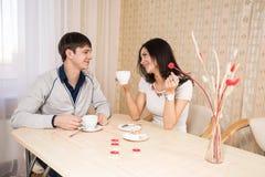 Jeunes couples dans la cuisine Images libres de droits