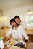 Jeunes couples dans la cuisine image stock