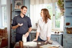 Jeunes couples dans la cuisine jouant avec de la farine Moments drôles, sourires, cuisson, heureuse ensemble, souvenirs Photographie stock libre de droits