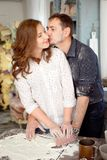 Jeunes couples dans la cuisine jouant avec de la farine Moments drôles, sourires, cuisson, heureuse ensemble, souvenirs Images libres de droits