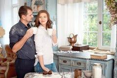 Jeunes couples dans la cuisine jouant avec de la farine Moments drôles, sourires, cuisson, heureuse ensemble, souvenirs Image libre de droits