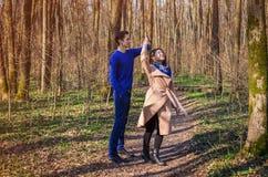 Jeunes couples dans la danse d'amour dans la forêt Photographie stock libre de droits