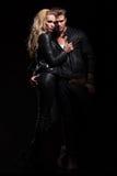 Jeunes couples dans la faible lumière Photographie stock libre de droits