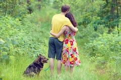 Jeunes couples dans la forêt Image stock