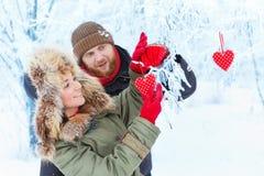 Jeunes couples dans la forêt d'hiver Images stock