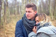 Jeunes couples dans la forêt dans le froid images stock