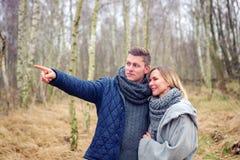 Jeunes couples dans la forêt dans le froid photo libre de droits